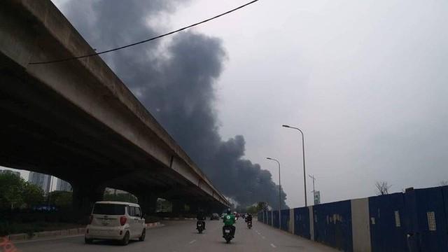 Hiện trường tan hoang vụ cháy chợ Quang ở Hà Nội - Ảnh 1.