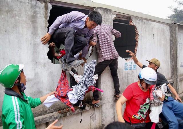 Hiện trường tan hoang vụ cháy chợ Quang ở Hà Nội - Ảnh 9.