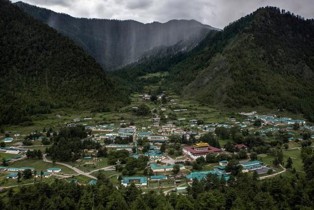 Chào mừng bạn đến với Bhutan, đất nước có mức khí thải carbon âm nhờ 72% diện tích là rừng che phủ - Ảnh 1.