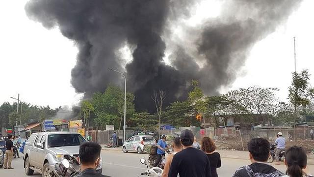 Cháy lớn tại khu nhà xưởng, hàng quán trong làng Triều Khúc - Ảnh 1.