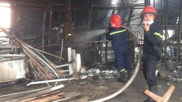 Cháy lớn tại khu nhà xưởng, hàng quán trong làng Triều Khúc - Ảnh 2.