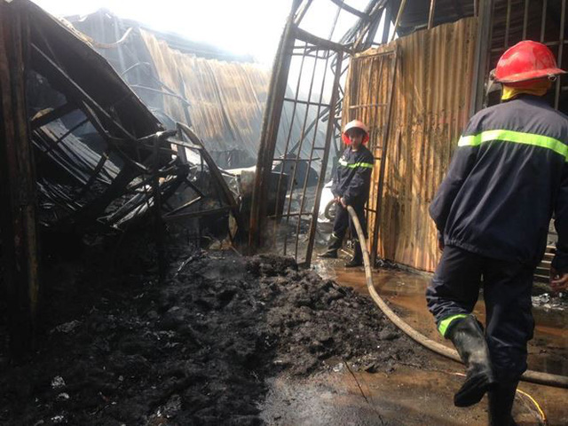 Cháy lớn tại khu nhà xưởng, hàng quán trong làng Triều Khúc - Ảnh 4.