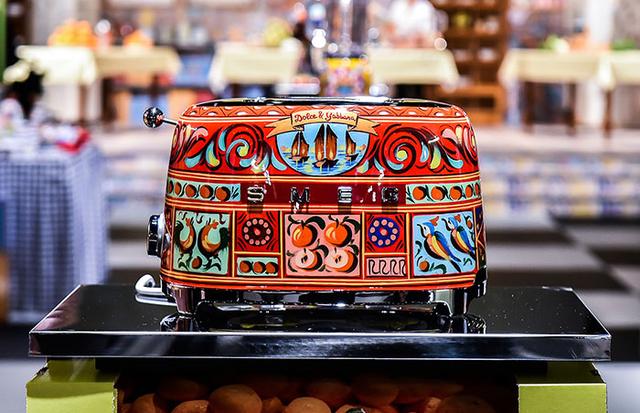 Hãng thời trang đình đám Dolce & Gabbana ra mắt bộ đồ nhà bếp khiến các bà nội trợ sành điệu phát cuồng trong dịp 8/3 - Ảnh 2.