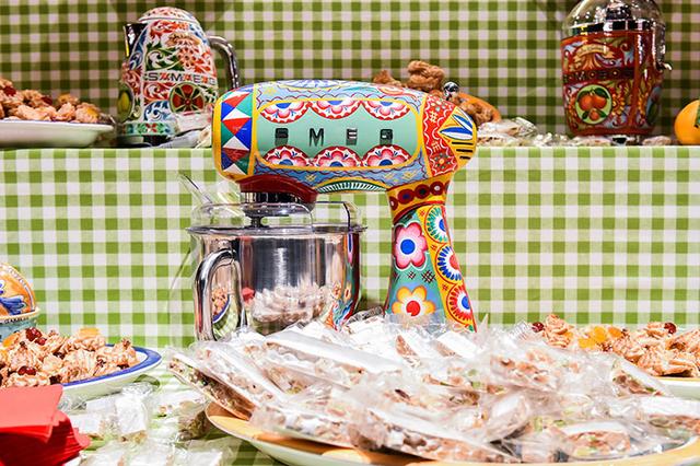 Hãng thời trang đình đám Dolce & Gabbana ra mắt bộ đồ nhà bếp khiến các bà nội trợ sành điệu phát cuồng trong dịp 8/3 - Ảnh 3.