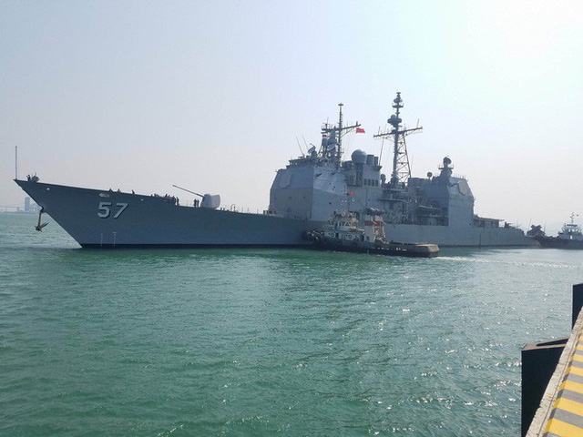 [CẬP NHẬT]: Sau tàu sân bay, tàu tuần dương Mỹ cũng đang tiến vào vịnh Đà Nẵng - Ảnh 1.