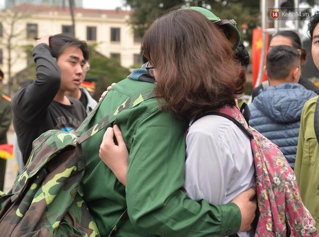 Chùm ảnh: Những giọt nước mắt bịn rịn của người thân ngày tiễn tân binh lên đường nhập ngũ - Ảnh 21.