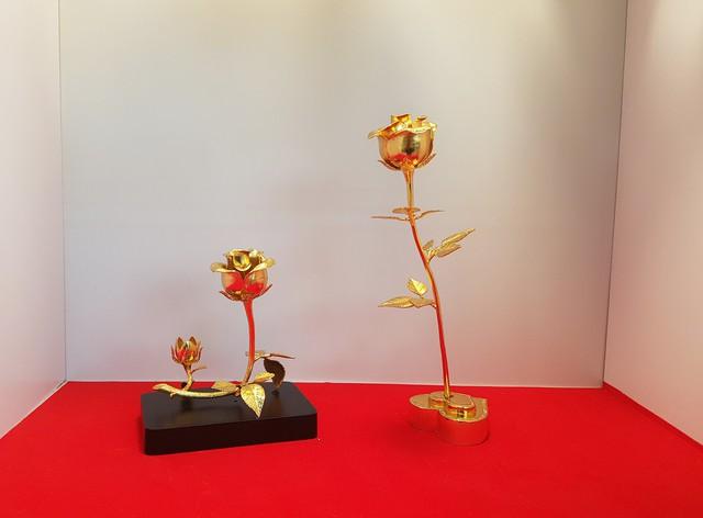 Những món quà dát vàng giá bạc triệu tặng chị em ngày 8-3 - Ảnh 1.