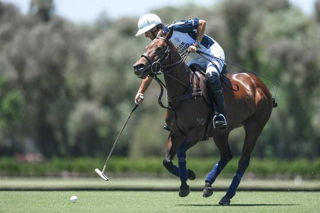 Lấy cảm hứng từ môn thể thao quý tộc Polo, Richard Mille bán đồng hồ với giá gần 1 triệu USD - Ảnh 1.