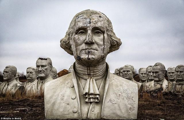 Công viên Tổng thống Mỹ với 43 bức tượng khổng lồ bị hư hại nặng nề, vẫn còn thiếu hai vị Tổng thống nữa mới hoàn thiện - Ảnh 1.