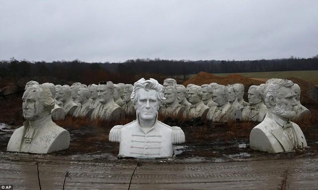 Công viên Tổng thống Mỹ với 43 bức tượng khổng lồ bị hư hại nặng nề, vẫn còn thiếu hai vị Tổng thống nữa mới hoàn thiện - Ảnh 2.
