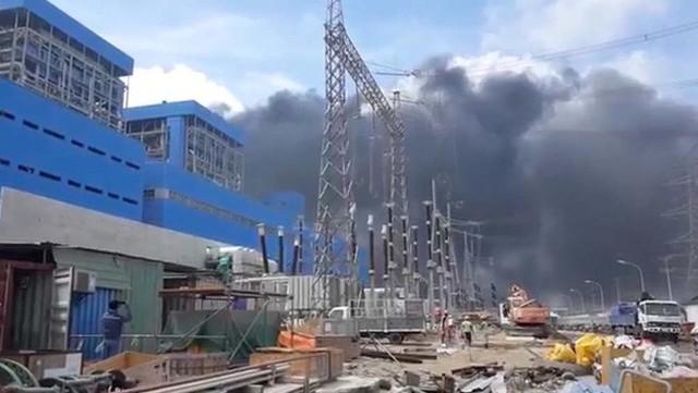 Cháy lớn tại nhà máy nhiệt điện, kỹ sư, công nhân đu dây từ công trình xuống đất - Ảnh 1.