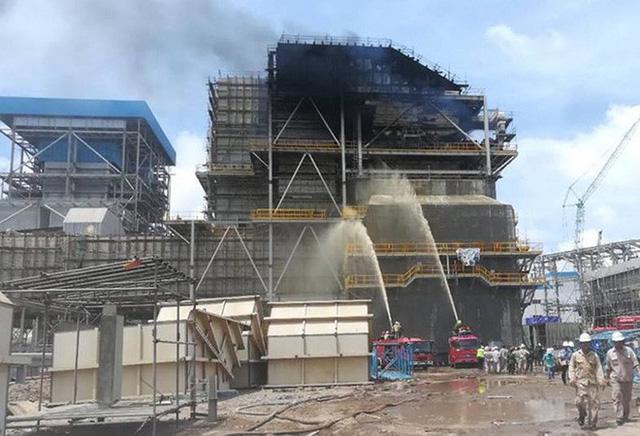 Cháy lớn tại nhà máy nhiệt điện, kỹ sư, công nhân đu dây từ công trình xuống đất - Ảnh 2.