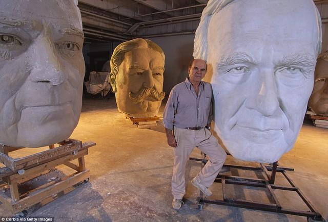 Công viên Tổng thống Mỹ với 43 bức tượng khổng lồ bị hư hại nặng nề, vẫn còn thiếu hai vị Tổng thống nữa mới hoàn thiện - Ảnh 13.