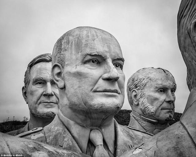 Công viên Tổng thống Mỹ với 43 bức tượng khổng lồ bị hư hại nặng nề, vẫn còn thiếu hai vị Tổng thống nữa mới hoàn thiện - Ảnh 4.