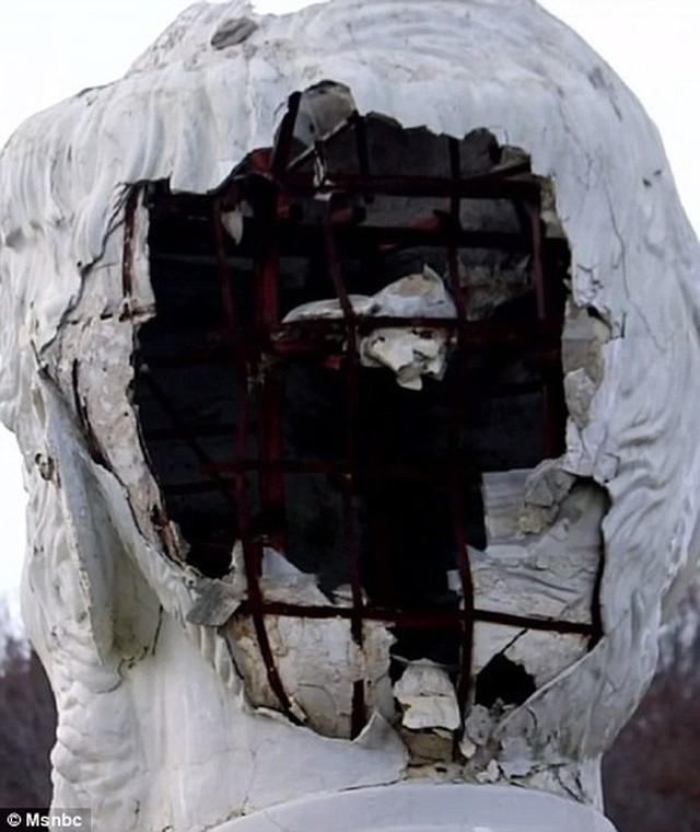 Công viên Tổng thống Mỹ với 43 bức tượng khổng lồ bị hư hại nặng nề, vẫn còn thiếu hai vị Tổng thống nữa mới hoàn thiện - Ảnh 6.