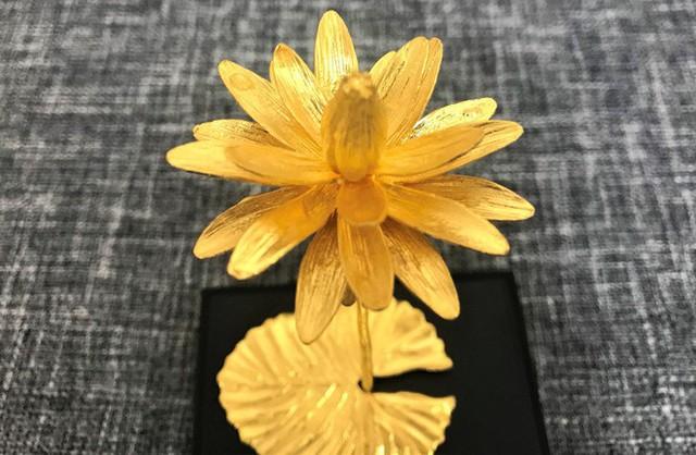 Đại gia Việt chi 200 triệu mua hoa súng bằng vàng nguyên khối làm quà tặng vợ ngày 8/3 - Ảnh 1.