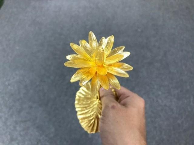 Đại gia Việt chi 200 triệu mua hoa súng bằng vàng nguyên khối làm quà tặng vợ ngày 8/3 - Ảnh 4.