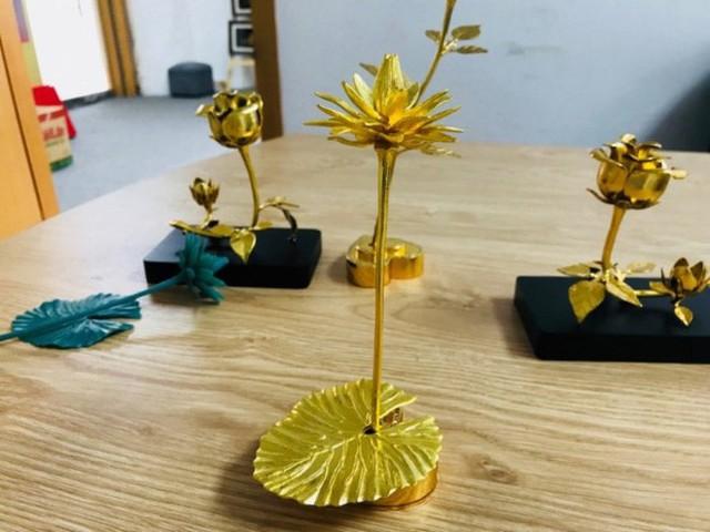 Đại gia Việt chi 200 triệu mua hoa súng bằng vàng nguyên khối làm quà tặng vợ ngày 8/3 - Ảnh 6.