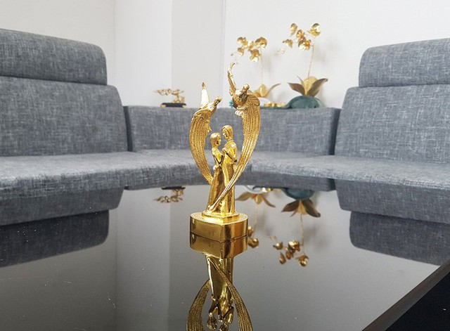 Đại gia Việt chi 200 triệu mua hoa súng bằng vàng nguyên khối làm quà tặng vợ ngày 8/3 - Ảnh 7.