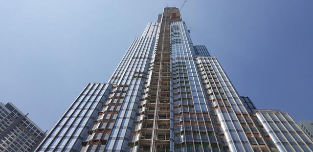 Vingroup chính thức cất nóc tòa nhà cao nhất Việt Nam Landmark 81 với độ cao gần 500m - Ảnh 2.