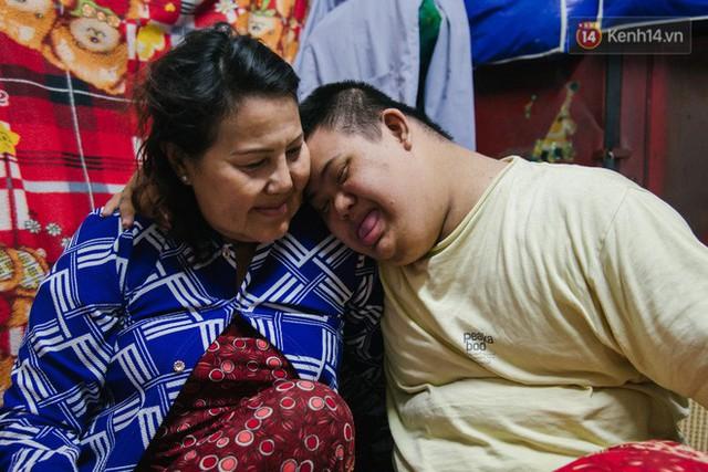 Chuyện má con thằng khờ bán hàng rong ở phố đi bộ Sài Gòn: 19 năm một mình đi tìm nụ cười cho con - Ảnh 14.
