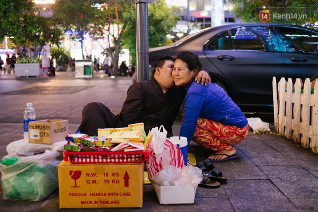Chuyện má con thằng khờ bán hàng rong ở phố đi bộ Sài Gòn: 19 năm một mình đi tìm nụ cười cho con - Ảnh 16.
