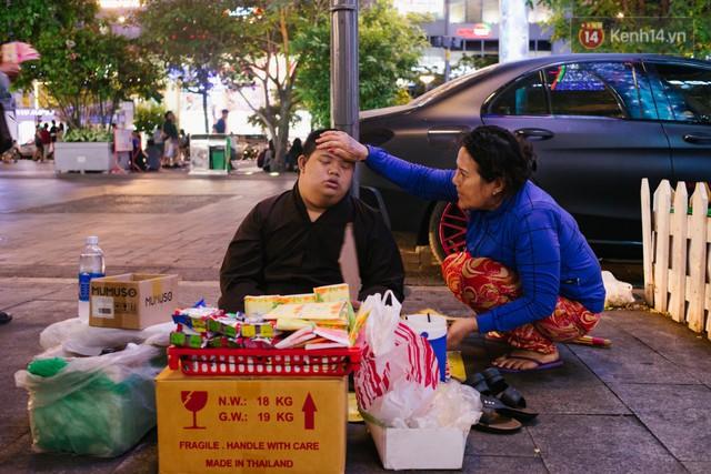 Chuyện má con thằng khờ bán hàng rong ở phố đi bộ Sài Gòn: 19 năm một mình đi tìm nụ cười cho con - Ảnh 5.