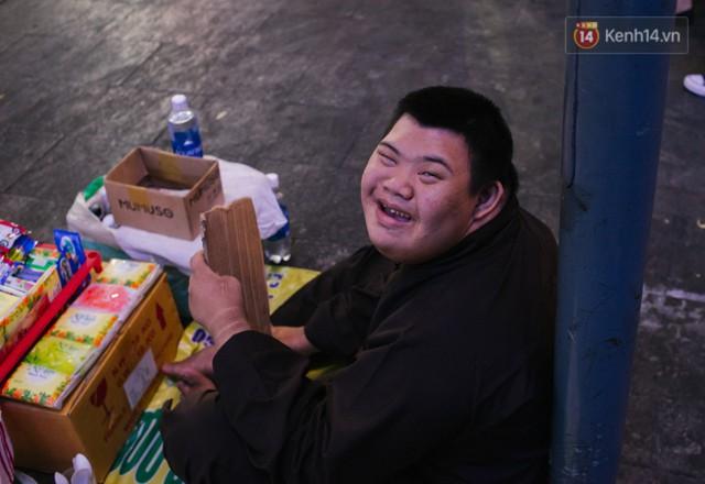 Chuyện má con thằng khờ bán hàng rong ở phố đi bộ Sài Gòn: 19 năm một mình đi tìm nụ cười cho con - Ảnh 10.