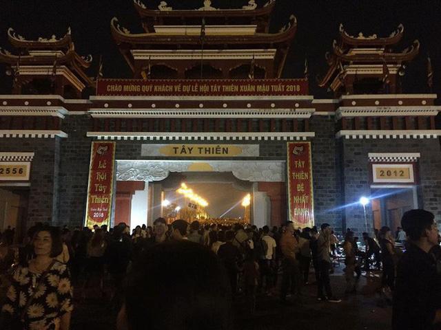 Những hình ảnh tắc nghẽn kinh hoàng tại Tam Đảo trong lễ hội hoa đăng Tây Thiên - Ảnh 1.