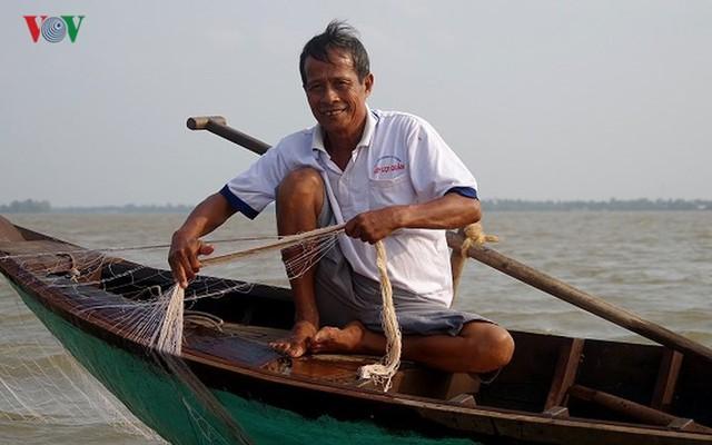 Kiếm hàng chục triệu nhờ săn cá bông lau sông Hậu - Ảnh 4.