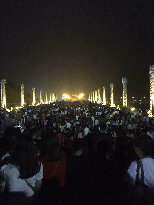 Những hình ảnh tắc nghẽn kinh hoàng tại Tam Đảo trong lễ hội hoa đăng Tây Thiên - Ảnh 4.