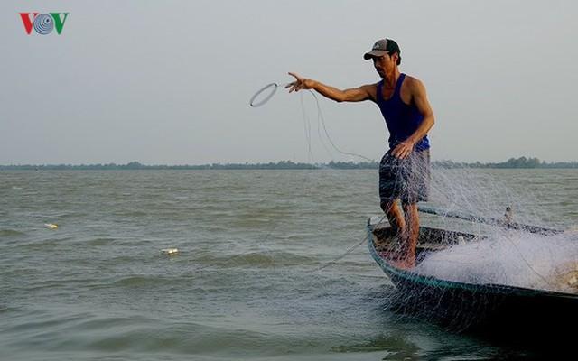 Kiếm hàng chục triệu nhờ săn cá bông lau sông Hậu - Ảnh 6.