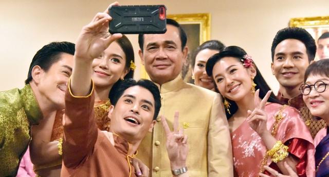 Nhân Duyên Tiền Định: Phim Thái khiến Thủ tướng đến gặp ekip, hot tới nỗi có thể giải quyết tắc đường - Ảnh 2.