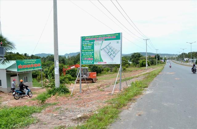 Chùm ảnh: Muôn kiểu rao phân phối ở chợ đất khổng lồ Phú Quốc - Ảnh 3.