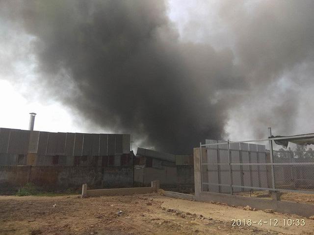 Cháy lớn tại xưởng phế liệu ở vùng ven Sài Gòn, ngọn khói bốc cao hàng trăm mét - Ảnh 1.