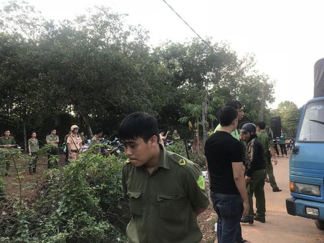 Người dân tiếp tục vây kho điều tiền tỷ, 20 công an đứng ngoài bảo vệ - Ảnh 3.