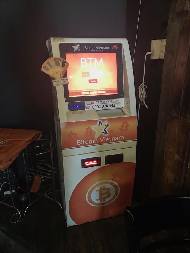 Mua bán tiền ảo bằng máy ATM âm thầm diễn ra tại Sài Gòn - Ảnh 1.