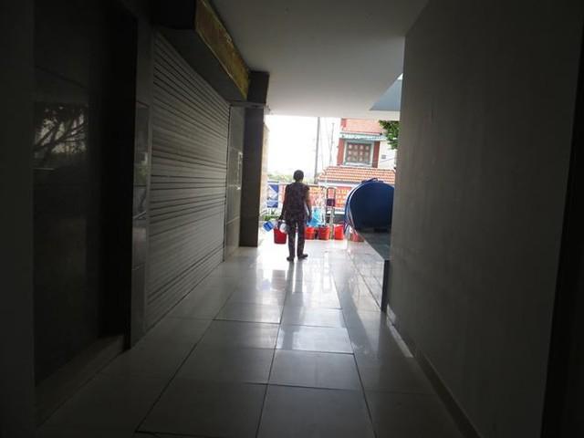 Cư dân Carina cố bám trụ ở chung cư không điện nước - Ảnh 3.