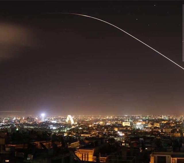 Nổ lớn trên bầu trời Syria, hình ảnh đầu tiên về cuộc tấn công của liên minh Mỹ-Anh-Pháp - Ảnh 1.