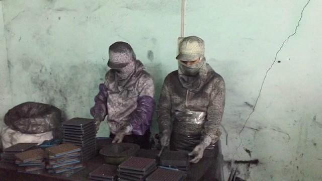 Vụ than tre sản xuất thuốc ung thư: Giật mình lời khai chở hàng bao tải than đi làm thuốc - Ảnh 1.