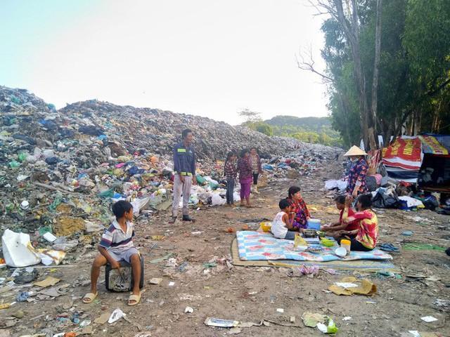 """Ớn lạnh với """"núi rác"""" ở đảo ngọc Phú Quốc - Ảnh 1."""