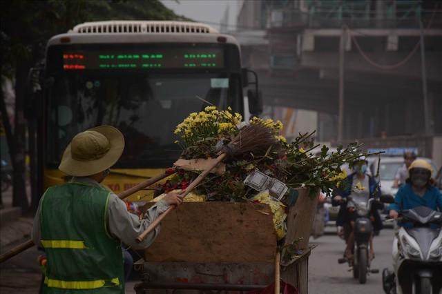 Nông dân Tây Tựu ngao ngán: Hoa cúc được mùa nhưng mất giá - Ảnh 12.