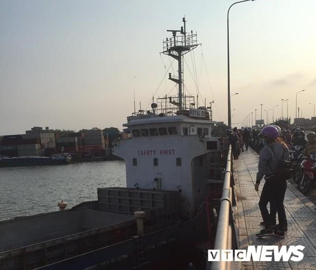 Tàu thủy bơi tự do trên sông, tông thẳng vào cầu Đồng Nai - Ảnh 1.