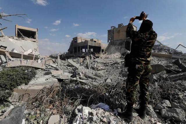 Ảnh vệ tinh: Syria bị tàn phá như thế nào trong vụ không kích của Mỹ và đồng minh - Ảnh 5.