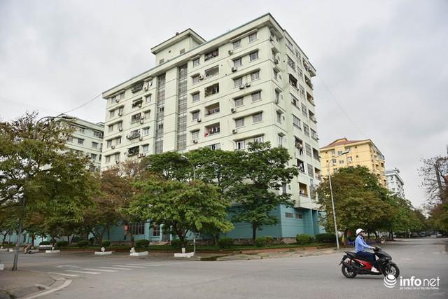 Hà Nội: Hãi hùng bể phốt lộ thiên ngay giữa khu chung cư - Ảnh 1.