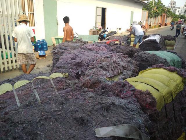 Cháy lớn xưởng tái chế vải vụn ở vùng ven Sài Gòn, nhiều công nhân tháo chạy - Ảnh 1.