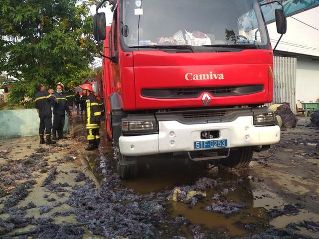 Cháy lớn xưởng tái chế vải vụn ở vùng ven Sài Gòn, nhiều công nhân tháo chạy - Ảnh 3.