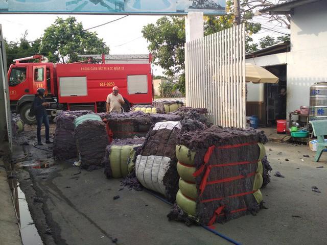 Cháy lớn xưởng tái chế vải vụn ở vùng ven Sài Gòn, nhiều công nhân tháo chạy - Ảnh 4.