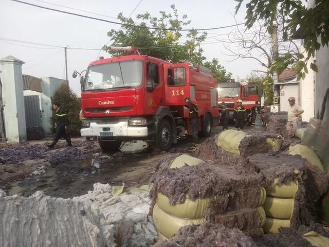 Cháy lớn xưởng tái chế vải vụn ở vùng ven Sài Gòn, nhiều công nhân tháo chạy - Ảnh 5.