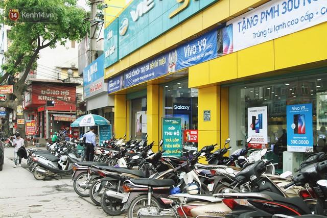 Sợ thuê bao bị chặn 1 chiều, người dân ùn ùn kéo tới các cửa hàng Viettel để bổ sung thông tin cá nhân - Ảnh 1.